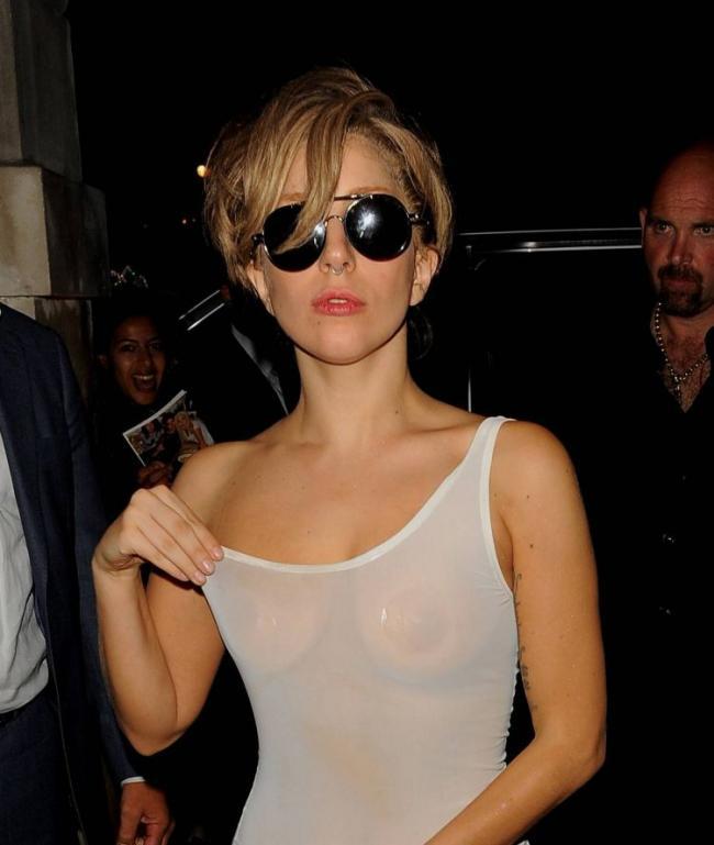 Леди Гага без грима фото в белой мокрой маечке просвечивается грудь и соски. В солнцезащитных очках