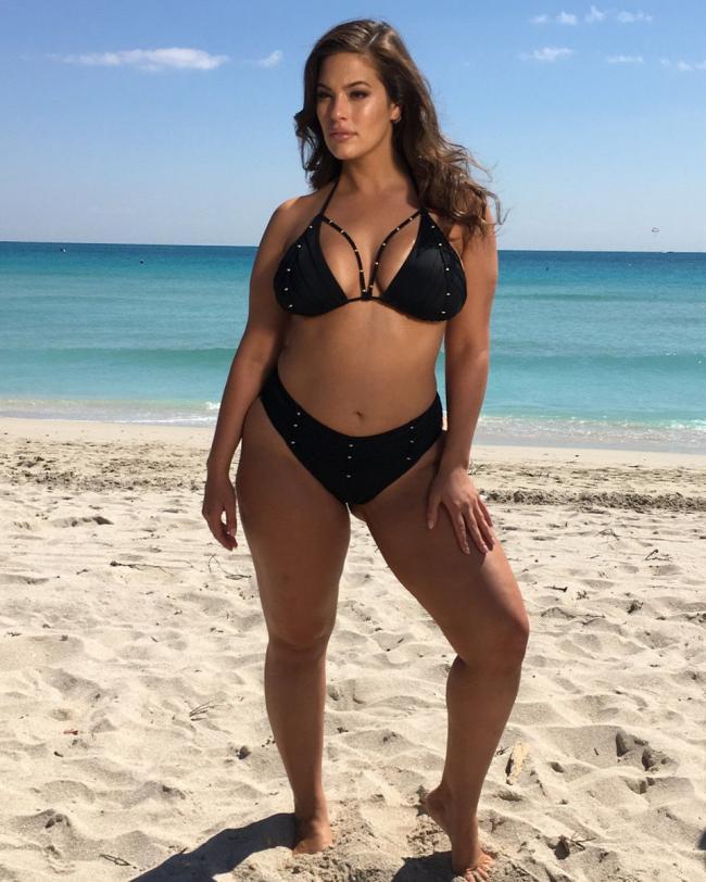 Красивый черный купальник на шикарной женщине.