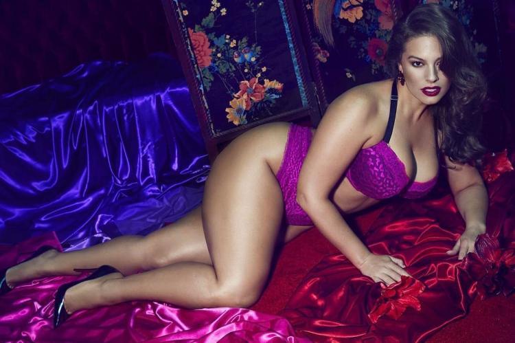 Вау какя женщина на кровати в сиреневом белье.