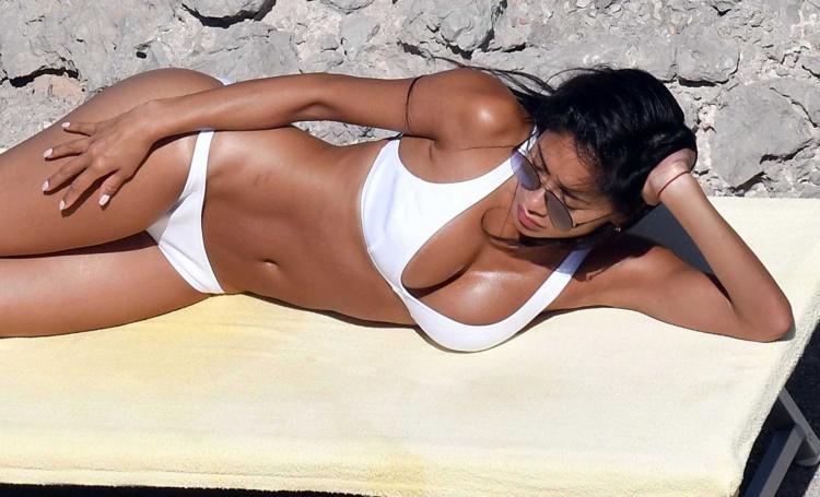 николь шерзингер лежит в белом купальнике на боку в солнечных очках на пляже