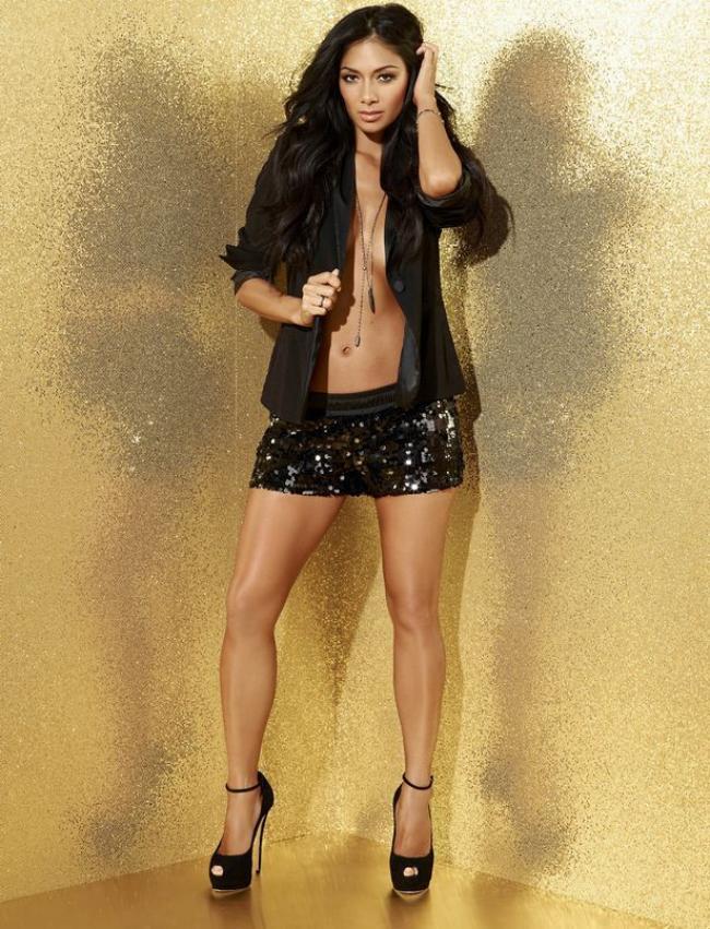 Николь Шерзингер фото фигура шикарная стоит без бюстика в распахнутом пиджачке, короткая черная юбка, туфли на высоком каблуке