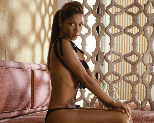Николь Шерзингер сидит на кровати почти голая смотрит