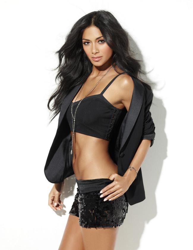 Черный короткий топик и черная короткая юбка с распущенными волосами.