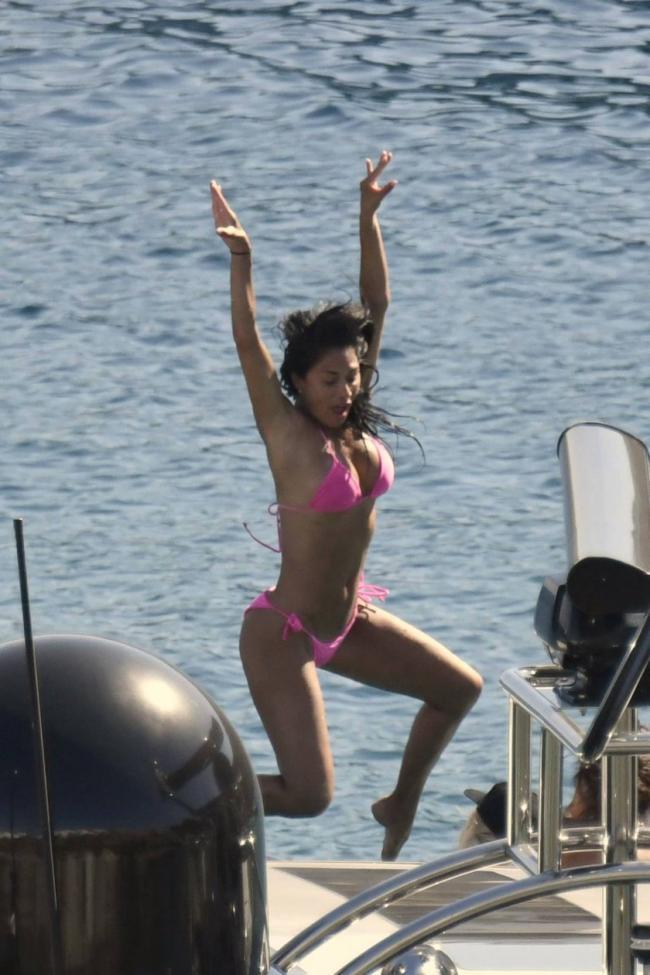 Николь Шерзингер в розовом купальнике заснята в прыжке на яхте