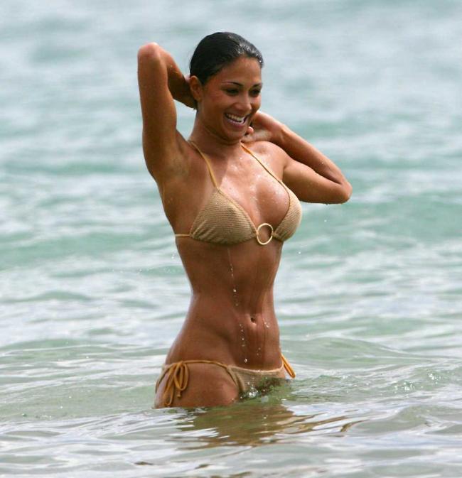 Николь Шерзингер как нимфа выходит из воды в бикини вода стекает по телу