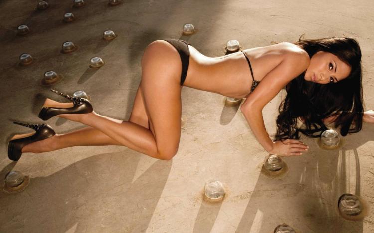 фото Николь Шерзингер в нижнем белье мммм стоит раком как собачка в бикини туфли на высоком каблуке