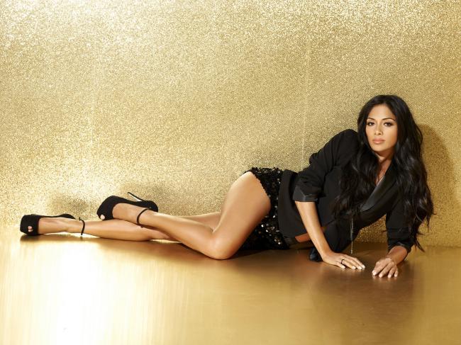 Красотка Николь в короткой черной юбке в черных туфлях на высоком каблуке.