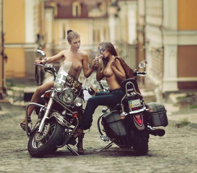 Две шикарные девушки обнаженные на байках.