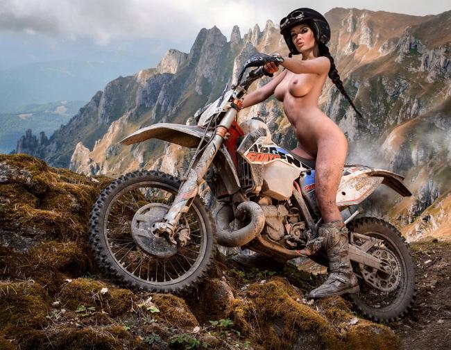 Картика с красивой голой девушкой на байке в горах.