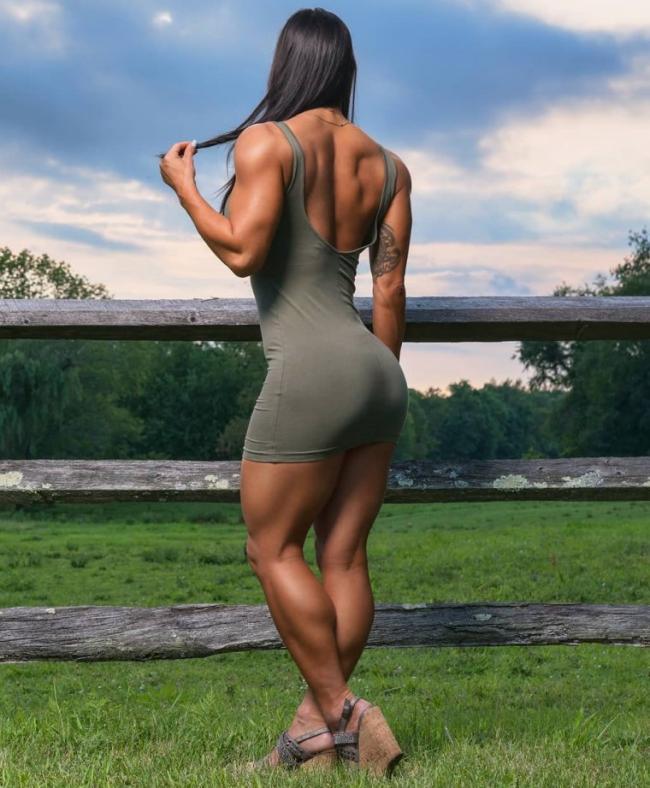 накаченные телки в коротком обтягивающем платье стоит вид со спины