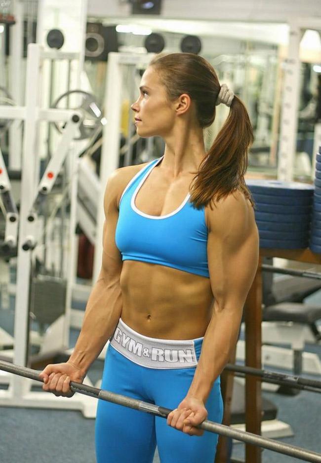 накаченные телки в спортзале поднимает штангу