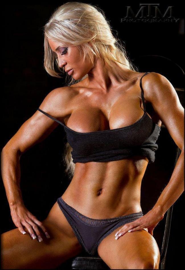 накаченные сексуальные телки красивая блондинка демонстрирует себя в черном топике и трусах присела грудь вылезает