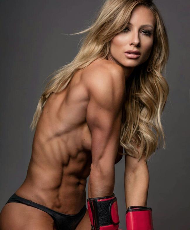фото голых накаченных телок стоит с красивыми длинными распущенными русыми волосами в боксерских перчатках