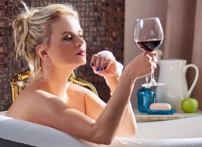 Анна Семенович фото в анной с бокалом красного вина