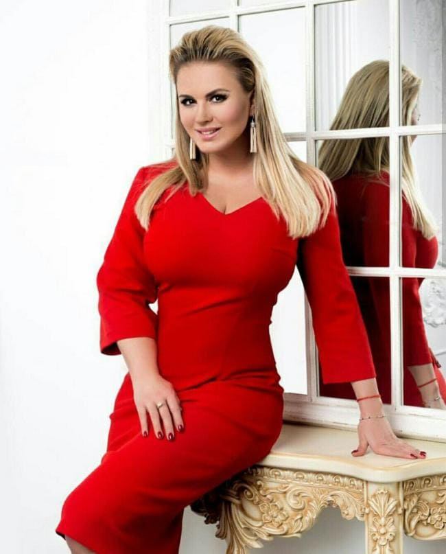 Анна Семенович фото в красном платье обтягивающем ее шикарную фигуру