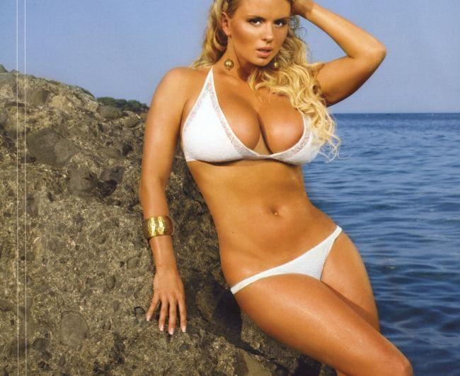 Анна Семенович фото в белом бикини у моря оперлась на камень