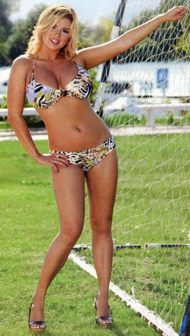 фото Анны Семенович в купальнике стоит возле футбольных ворот
