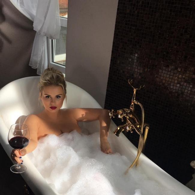 Анна Семенович фото голая лежит в ванной с бокалом вина