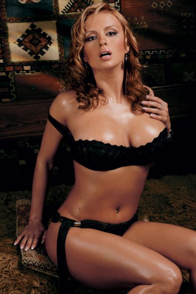 Анна Семенович в шикарном черном белье сидит на диване рот приоткрыт сиськи блестят
