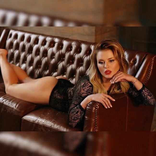 Анна Семенович фото лежит в черном боди на животе, приоткрыв ротик