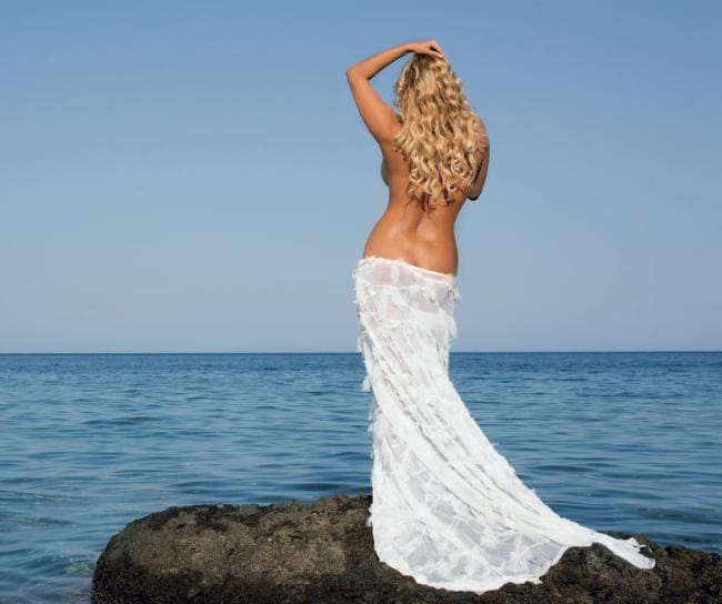 Анна Семенович фото обнаженная стоит спиной на камне у моря