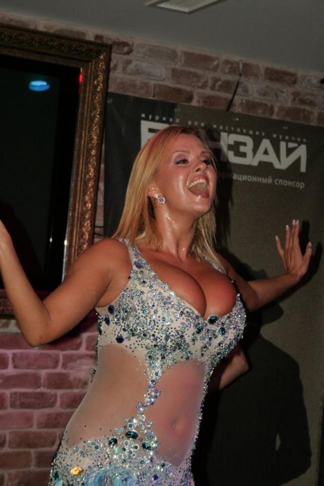 Анна Семенович фото раскрыла рот в прзрачном платье очень сексуально