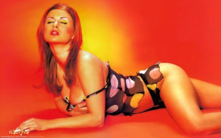 Анна Семенович фото в сексуально коротеньком пеньюаре и таких же трусиках, лежит на животе, прикрыла глазки, приоткрыла ротик