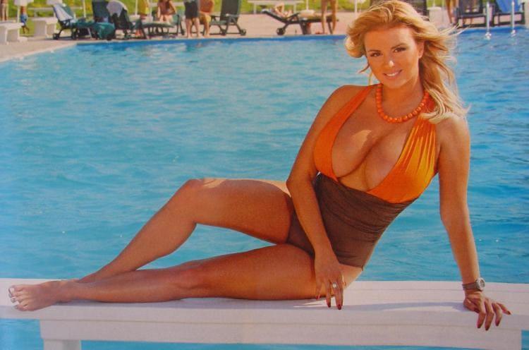 Анна фото у бассейна сиськи выпирают из купальника