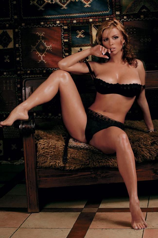 Анна Семенович фото в черном красивом белье раздвинула широко ноги сидя на диване