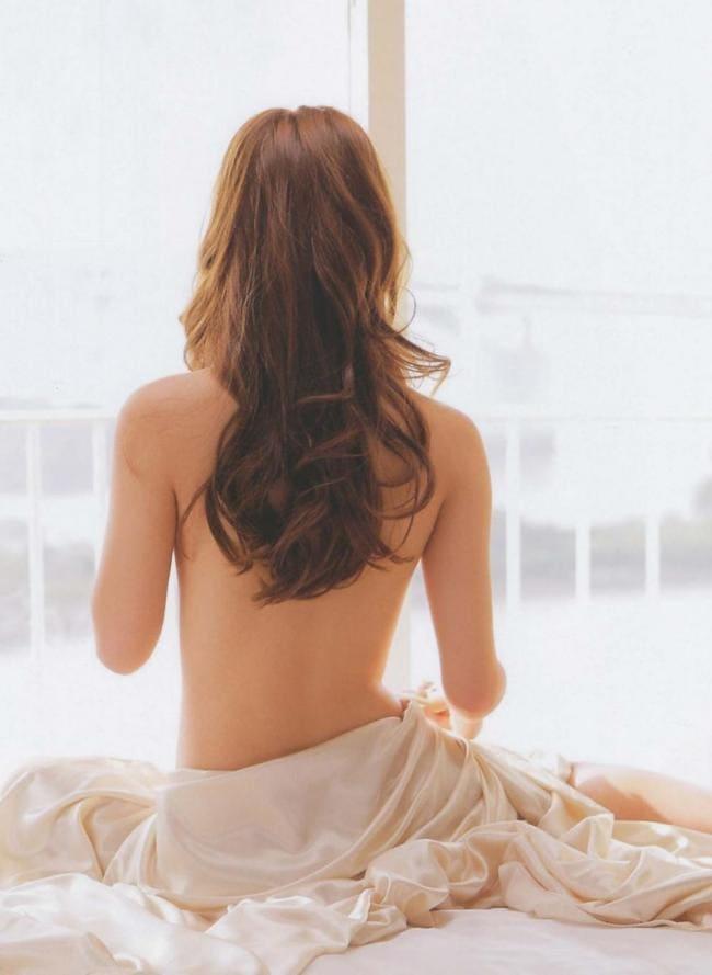 Шатенка с длинными волосами оголенная спина.