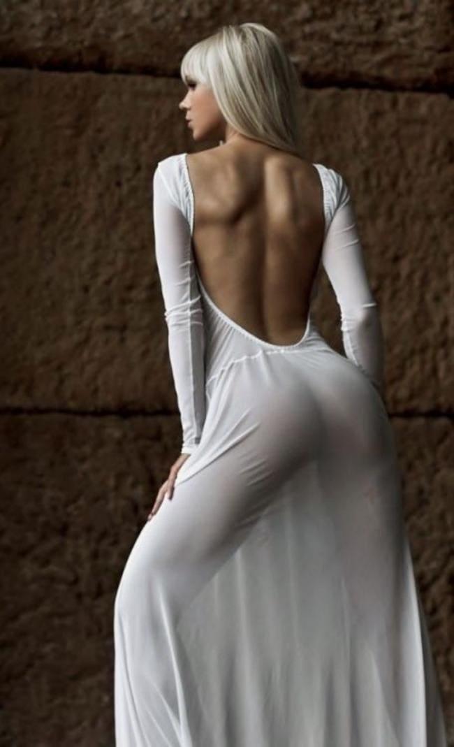 Блондинка в прозрачном белом платье вид со спины без нижнего белья.