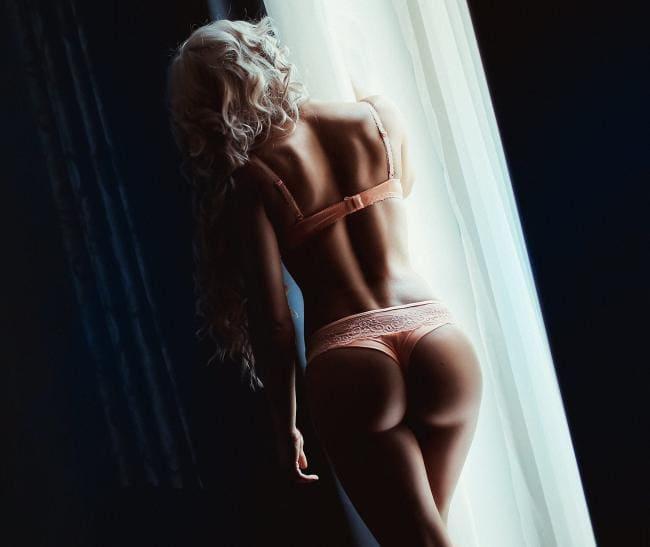 Блондинка у окна вид сзади, попа, спина, все шикарно.