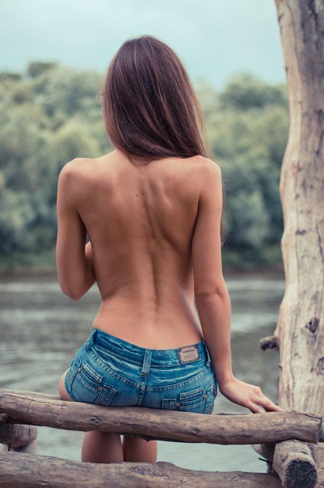 Красивая спина девушки.