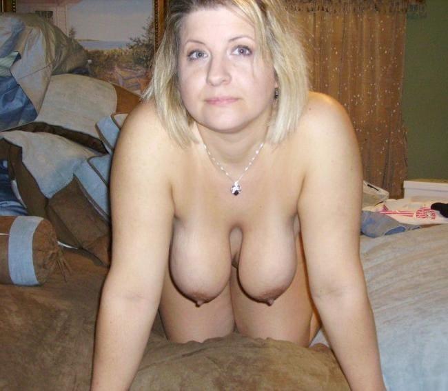 Блондинка зрелая стоит на коленях сиськи висят.