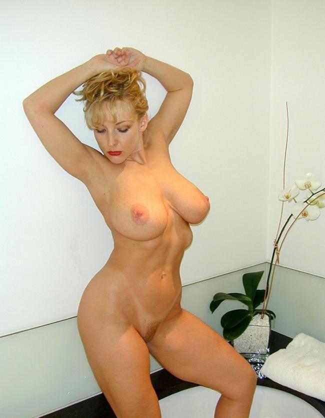 Красивая голая зрелая тетка руки подняла на голову, шикарные сиськи фигура