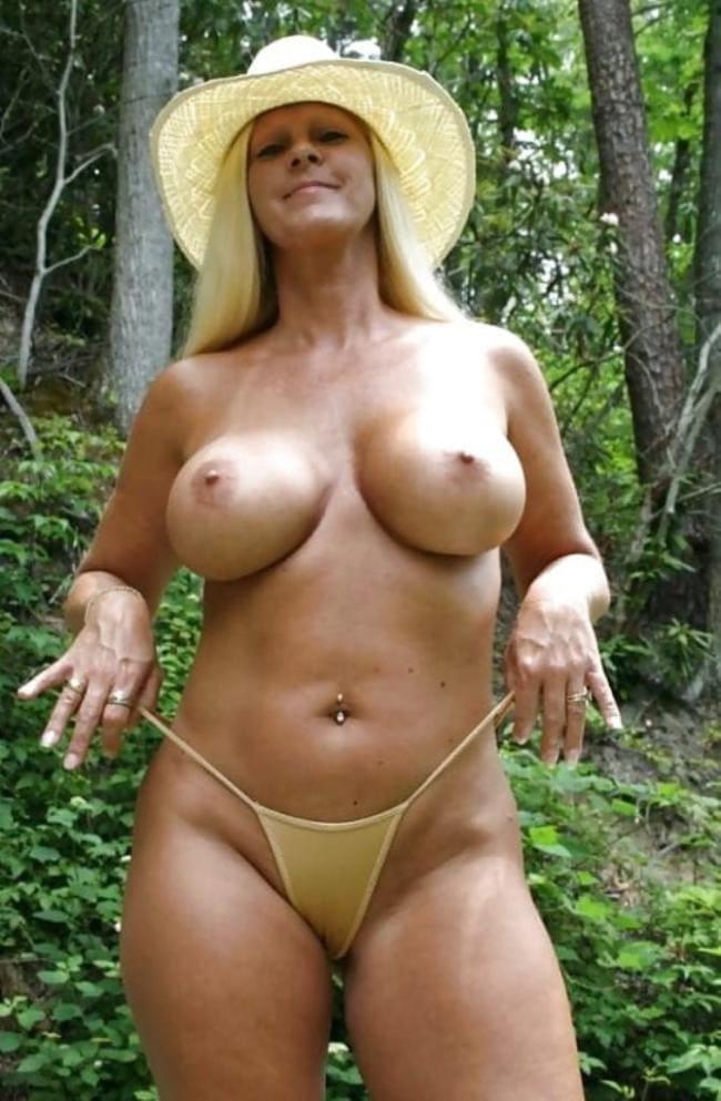 Зрелая блондинка голая в шляпке серьга в пупке.