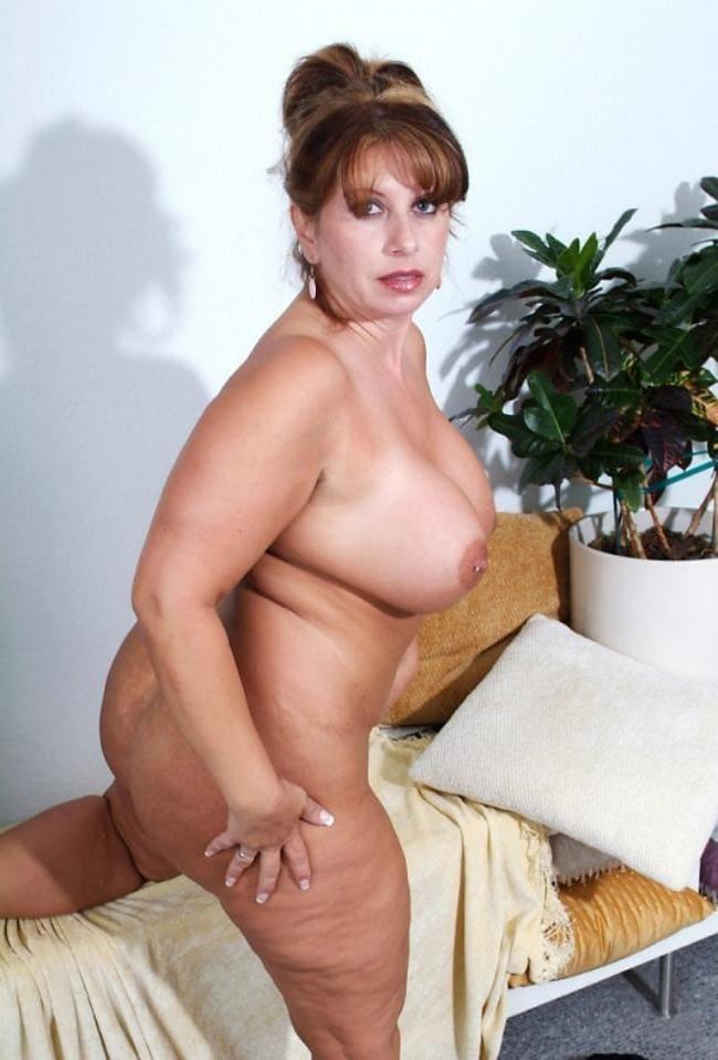 Зрелая голая с большой грудью.