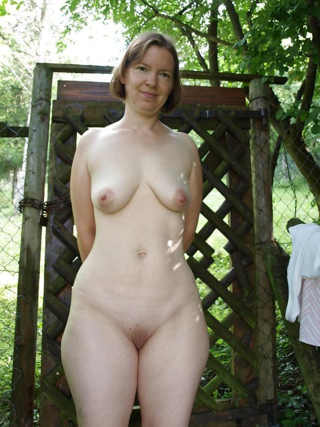 Худая зрелая голая тетка на даче.