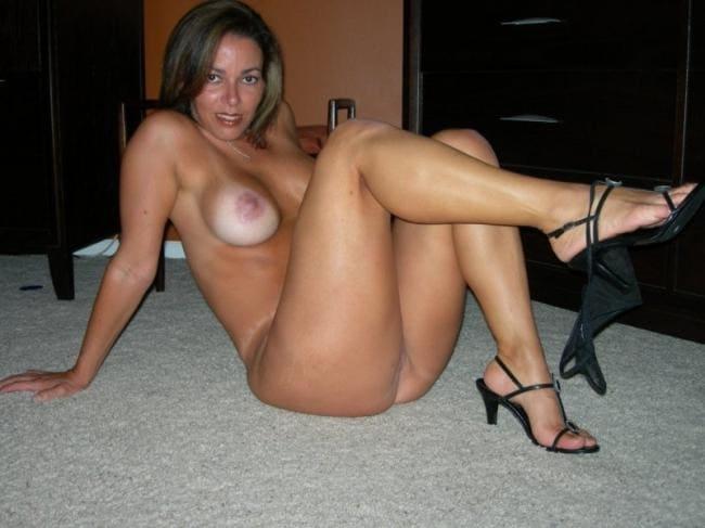 Зрелая голая тетка шикарная фигура задрала ножку показывает ступни