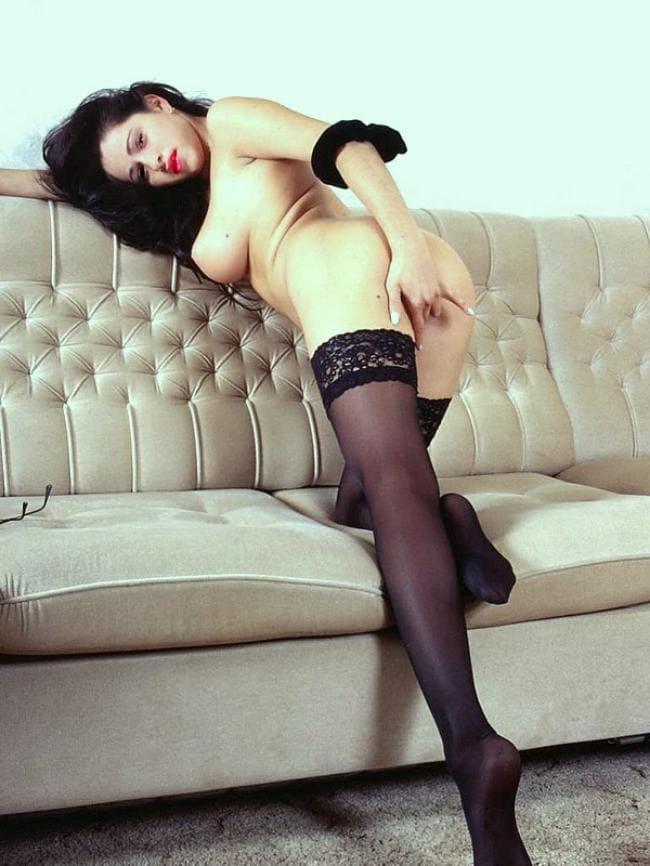 Оперлась на диван стоит задом мастурбирует.