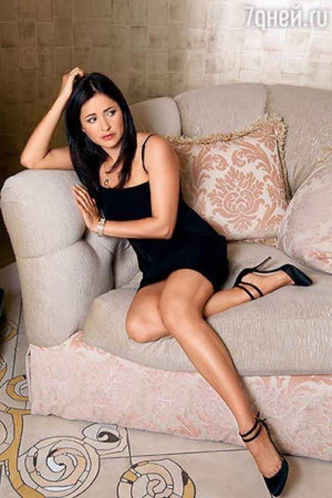 В коротком черном платье, туфли на высоком каблуке, ножки взгляд.