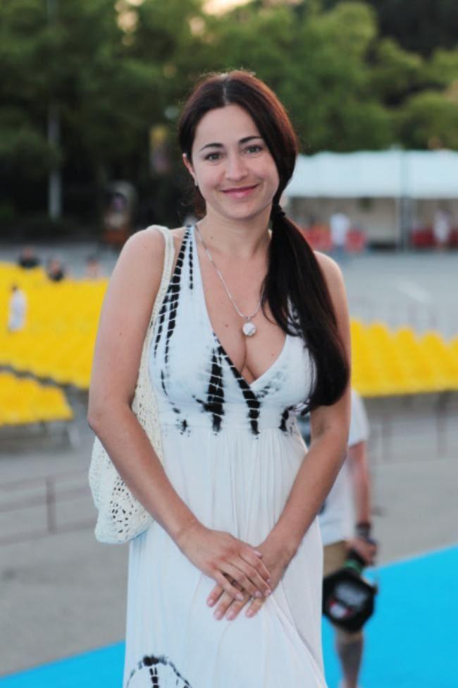 В белом сарафане декольте