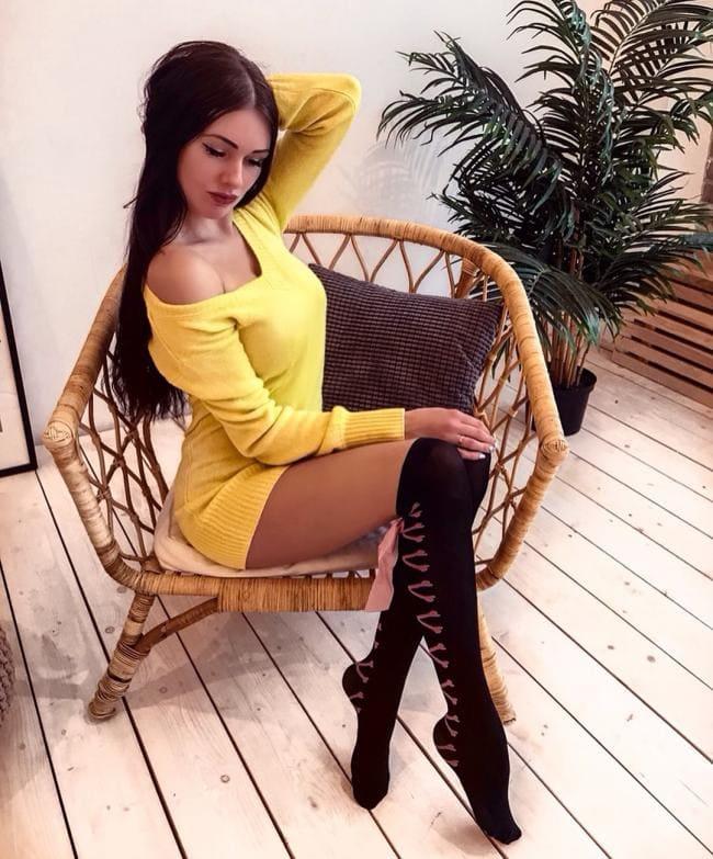 в ярко желтом платье в черных гетрах такая сексуальная поза.