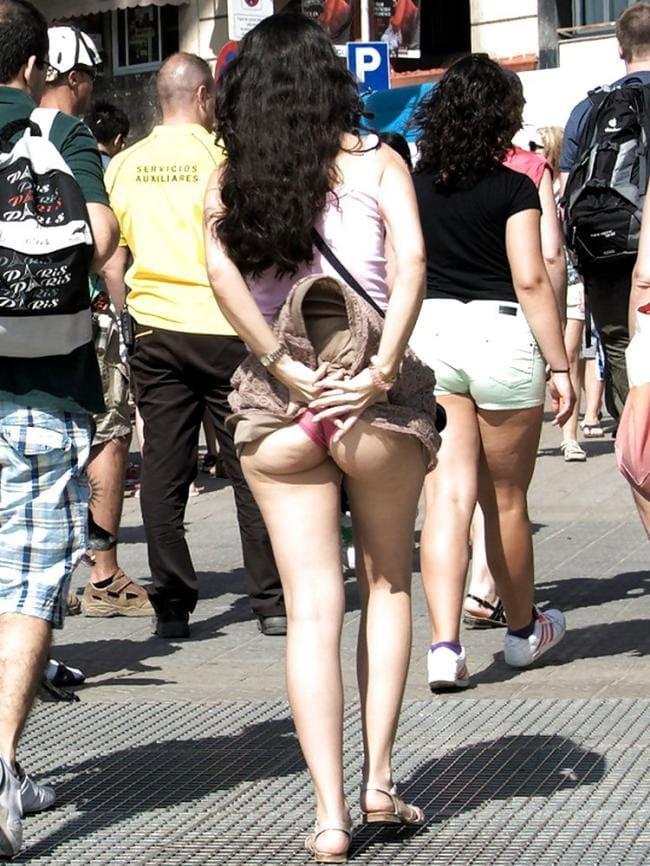 Идет, подняла юбку, показала попу в трусах.