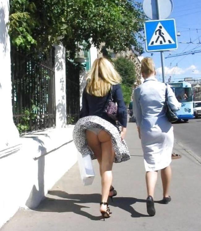 Ветер поднял юбку оголив попу и трусики, вид сзади.