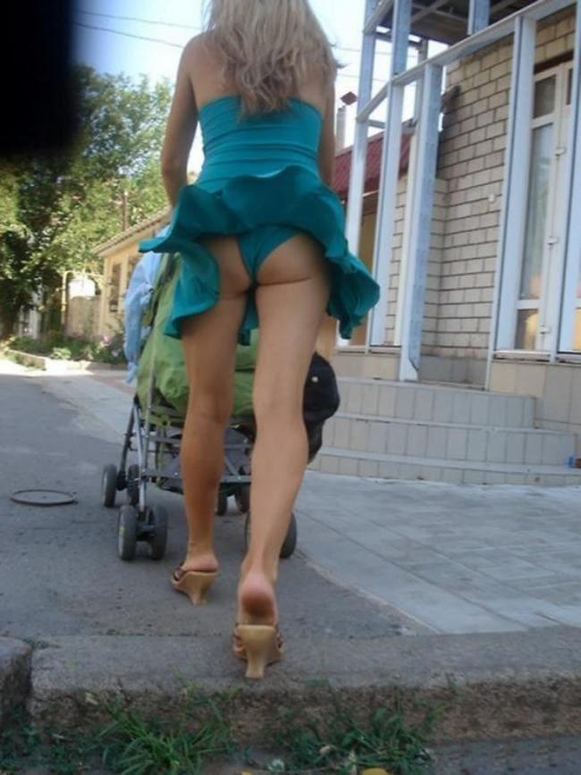 Ветер поднял платье оголив попу в трусиках.