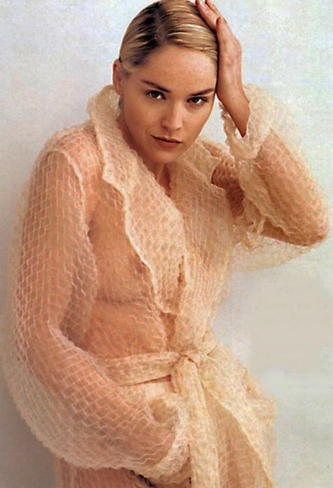 Шэрон стоун горячие в прозрачном пеньюаре стоит поправляет волосы