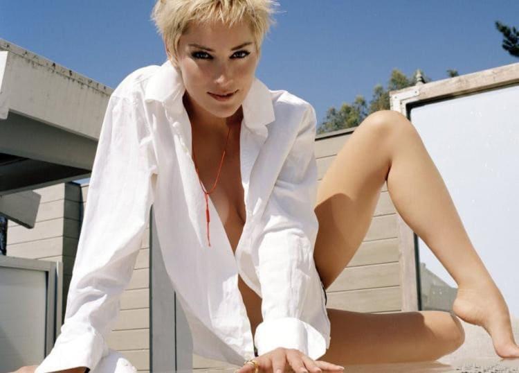 Шэрон стоун фото белая рубашка накинута на голое тело, ноги ступни
