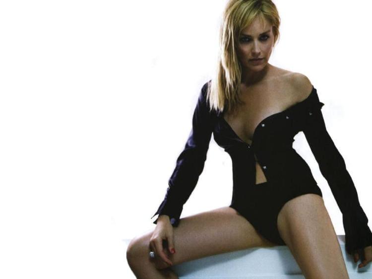 Шэрон Стоун фото горячие раздвинула ноги, сексуально выглядывает грудь