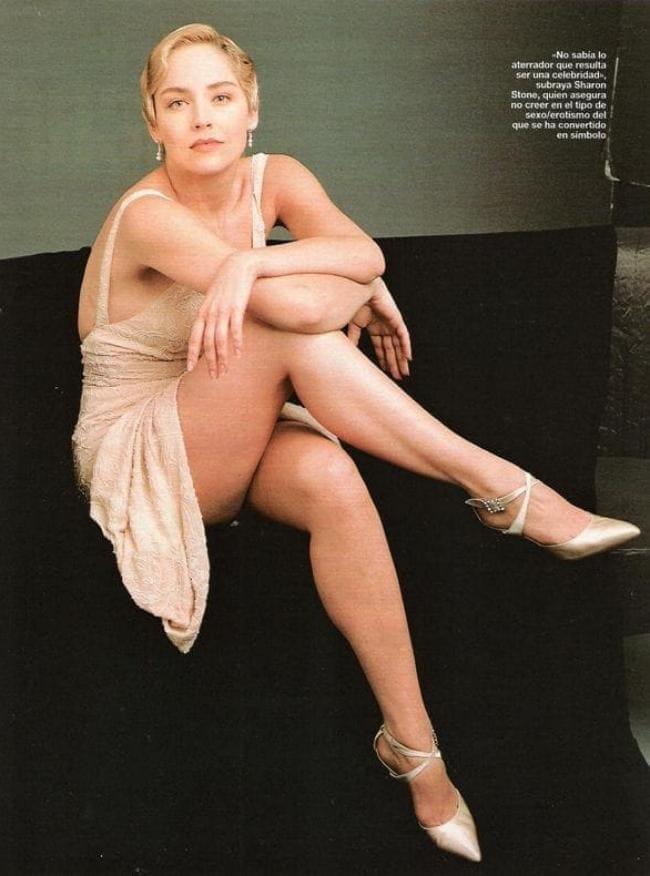 Шэрон стоун горячие сидит в бежевом открытом коротком платье, нога на ногу, вид на красивые ножки